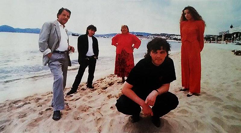 Бора Тодоровиќ, Давор Дујмовиќ,Синоличка Трпкова,Љубица Аџовиќ и Емир Кустурица на една од канските плажи, 1985 година.