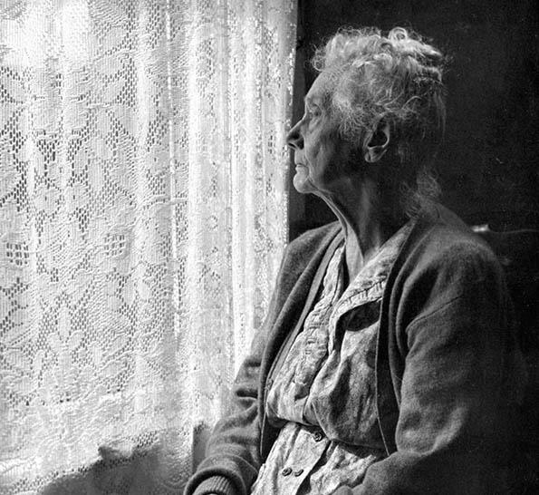 starica-na-prozor