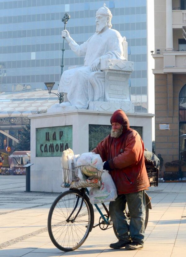 Скопје денес: Просјакот и Царот | Skopje today: The King and the Pauper (photo by Viktor Popovski)