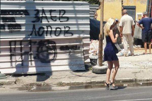ФОТО: Цело Скопје се прашува – која е оваа девојка авион на +40 по скопските улици